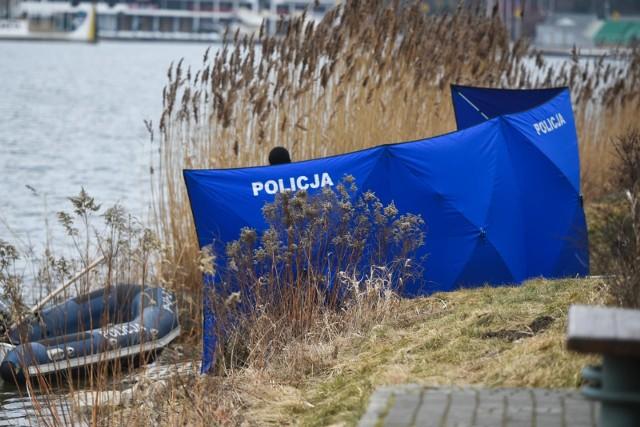 Makabryczne odkrycie w Człuchowie. Zwłoki mężczyzny wyłowiono z jeziora. Zauważył je przypadkowy przechodzień.