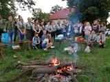 Harcerze i zuchy z powiatu pińczowskiego rozpoczęły nowy harcerski rok. Była uroczysta msza święta, gra terenowa i pasowanie [ZDJĘCIA]