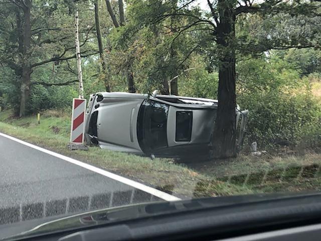 Od 30 września w rowie przy drodze Nowogród Bobrzański - Żary leży auto, które wypadło z trasy. Kierowcy reagują jakby zobaczyli wypadek i wtedy dochodzi do niebezpiecznych sytuacji. W sobotę około godz. 11, kierująca toyotą zauważyła leżącego na boku, na poboczu, mercedesa. Zatrzymała się, by pomóc. Myślała, że coś stało się przed chwilą. Wtedy w tył toyoty uderzył rozpędzony bus. Na miejsce przyjechały wezwane służby ratunkowe oraz policja.Wrak stopniowo jest rozkradany. I nikt z tym nic nie robi. – Czy musi dojść do tragedii, żeby odpowiednie służby zainteresowały się rozbitym mercedesem i nakazały usunięcie z pobocza jego właścicielowi? – pyta nasz Czytelnik.Do sprawy wrócimy.POWAŻNY WYPADEK NA S3