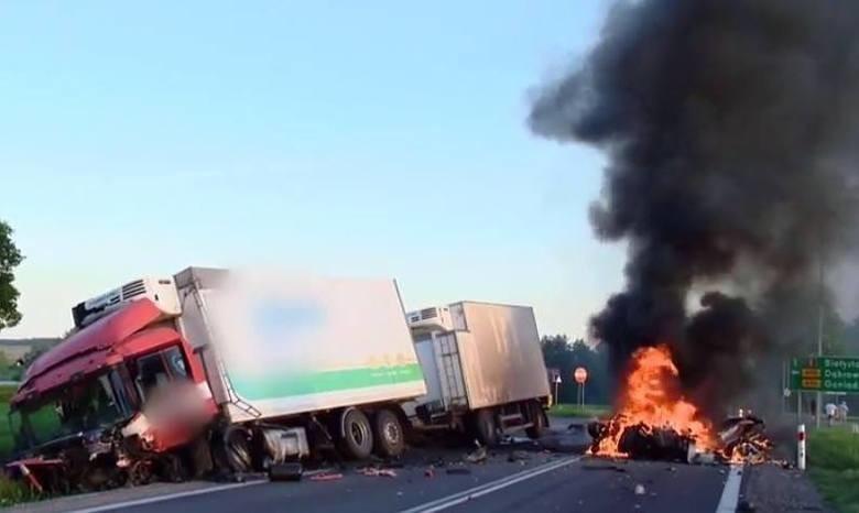 Tragiczny wypadek na DK 8. Trzy osoby spłonęły w audi po...