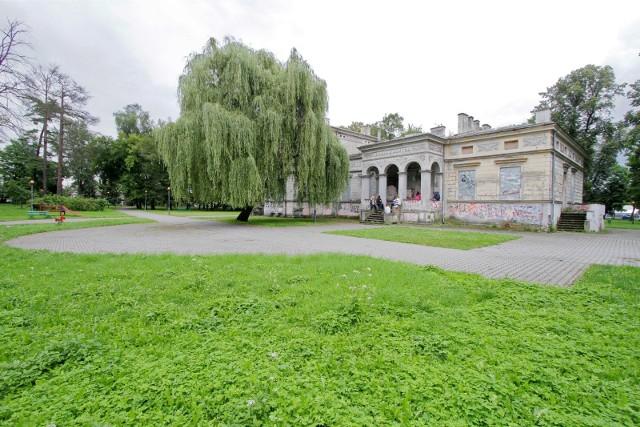 Rozpoczęły się konsultacje społeczne dotyczące sposobu użytkowania dworu Badenich i parku Wadów. Potrwają do 28 maja.