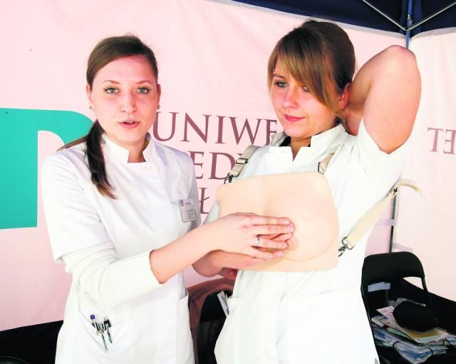 Każda kobieta powinna razw miesiącu wykonywać samobadania piersi.