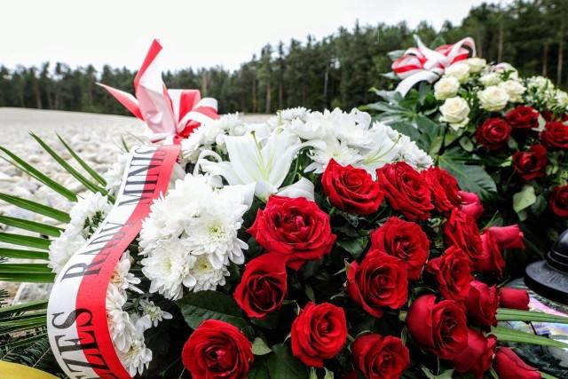 Złożenie kwiatów i zapalenie zniczy przy Polanie Mogił w Sobiborze odbyło się w reżimie sanitarnym