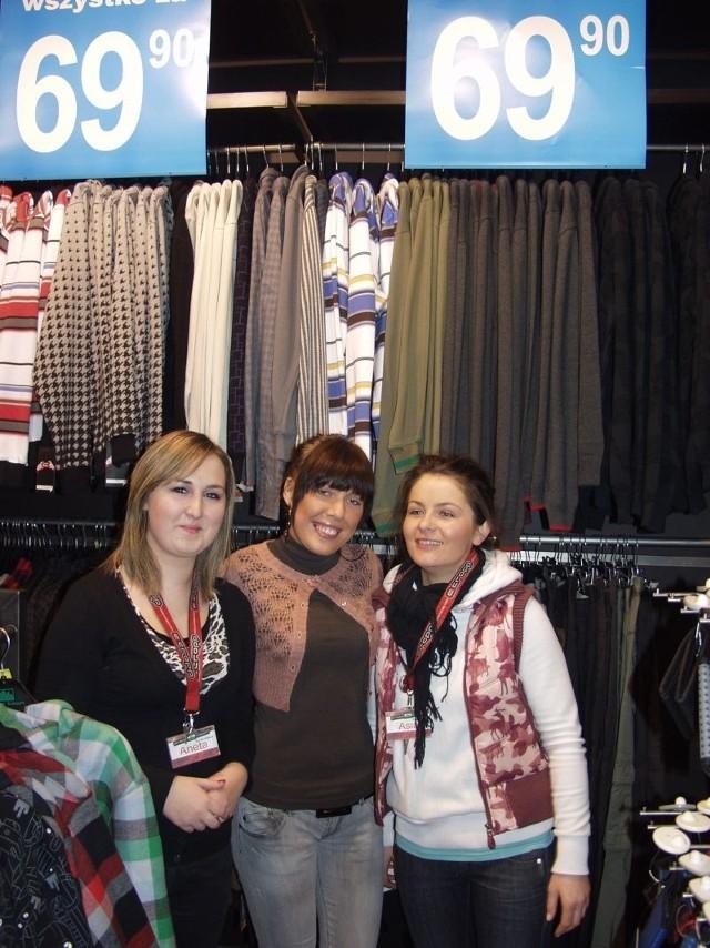 Sprzedawczynie ze sklepu Croop Town zachęcają do robienia zakupów