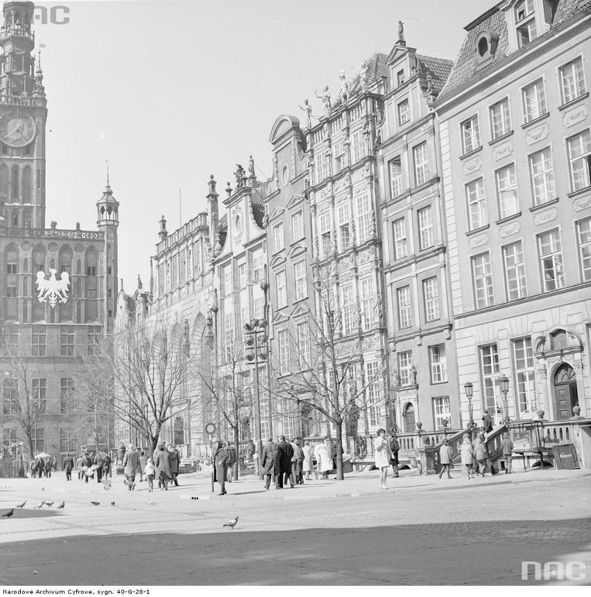 Plac Długi Targ. Z lewej Ratusz Głównego Miasta (z wieżą)....