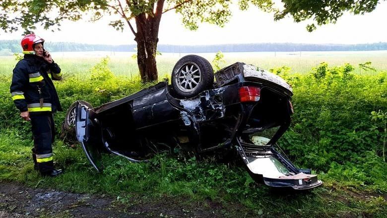 Przypomnijmy, wczoraj wieczorem pod Tychowem doszło do dachowania jednego auta osobowego marki BMW, na miejsce przybyły służby ratownicze, lecz w aucie nikogo nie było. Policja zatrzymała jednak w tej sprawie dwóch młodych mężczyzn w wieku 18 lat. Jak powiedział nam rzecznik prasowy KPP Białogard mł. asp. Adam Szyperski - obaj zatrzymani wydmuchali blisko dwa promile. Obaj również twierdzą, że siedzieli za kierownicą rozbitego BMW.  Dopiero porównanie zabezpieczonego materiału genetycznego oraz odcisków palców pozwoli ustalić, który z zatrzymanych faktycznie kierował BMW. Na chwilę obecną obaj trzeźwieją w policyjnym areszcie.Grzegorz GalantChcesz być informowany o wypadkach i zdarzenia drogowych z Koszalinia i regionu? Dołącz do grupy na FacebookuZobacz także Pożar auta w Słoninie