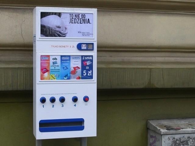 Kolorowe automaty z prezerwatywami wzbudzają zainteresowanie. Dla tych, którzy wiedzą, że do dziewięciu na dziesięć zakażeń HIV dochodzi przez ryzykowne zachowania seksualne, prezerwatywa do podstawa.