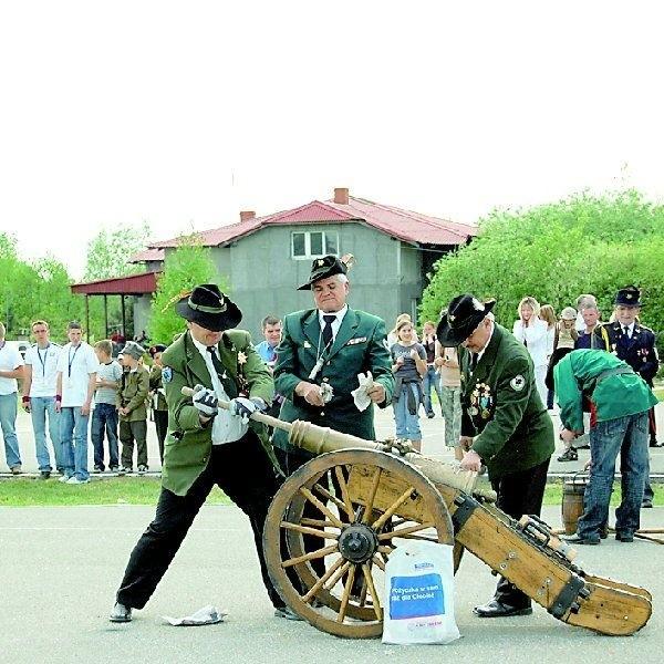 Swoje umiejętności w posługiwania się bronią pokazały  bractwa kurkowe z Szubina i  Piechcina. Ci ostatni zjechali do  Rynarzewa nie tylko z karabinami, ale i potężną armatą.  Głośne salwy zrobiły wrażenie na widzach.