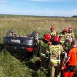 Wypadek koło Gnieżdżewa na trasie z Redy do Helu 5.07.2021. Na drodze nr 216 dachował osobowy peugeot. Zdjęcia