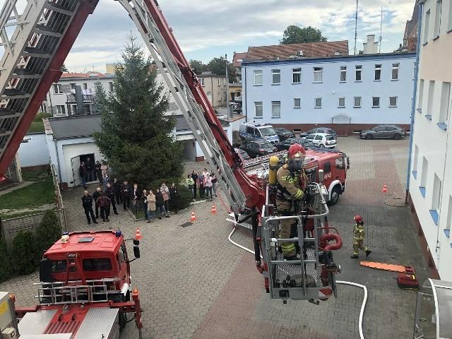 Jeden z poszkodowanych został wydobyty z pomieszczenia przez strażaków przy użyciu specjalistycznego podnośnika