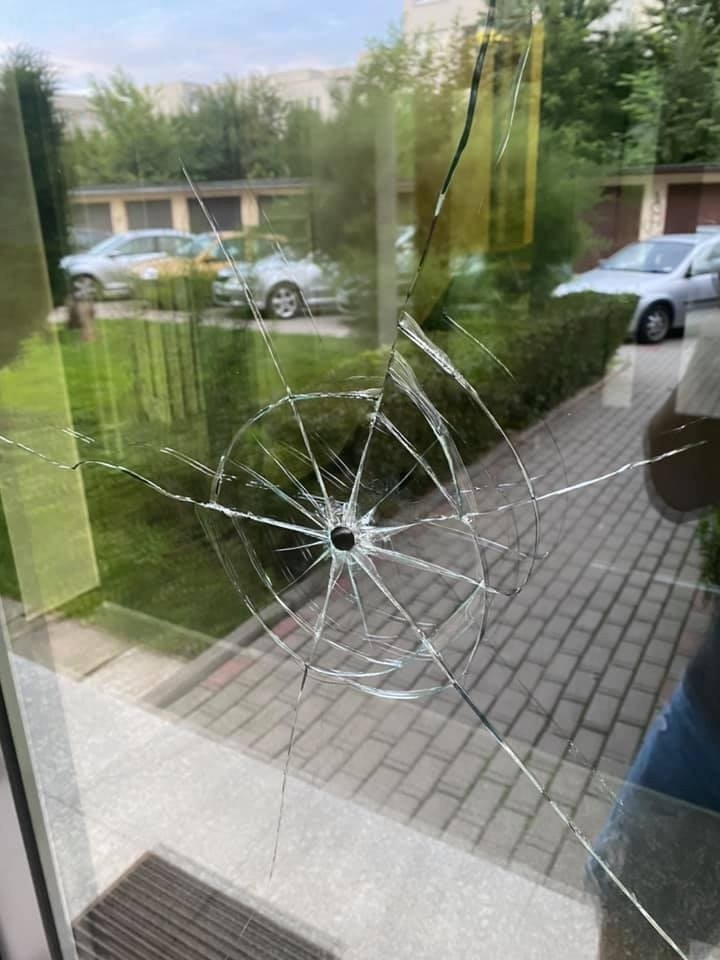 Kraków. Na osiedlu przy ul. Lipskiej padły strzały. Agresywny mężczyzna wciąż jest na wolności [ZDJĘCIA]