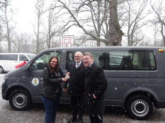 Przekazanie nowego samochodu dla Środowiskowego Domu Samopomocy w Sowczycach.