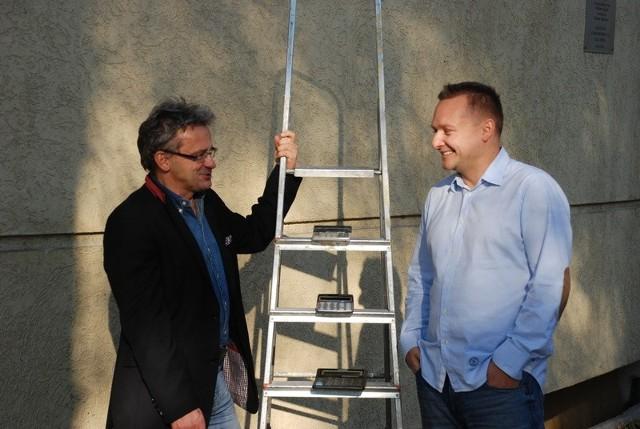 - Po rozpoczęciu działalności rektor podarował nam kalkulatory i powiedział: panowie, teraz musimy liczyć na siebie, więc liczmy dobrze - mówi prorektor Witold Potwora (z lewej), obok prorektor Wojciech Duczmal.