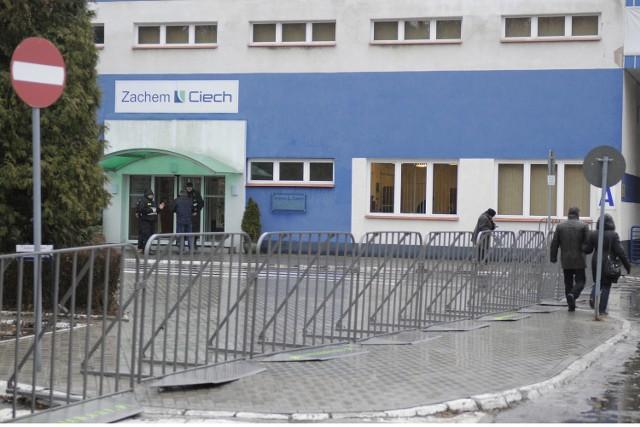 Zachemu, jak twierdzy, strzegli wczoraj ochraniarze, wejście do budynku otoczono bramkami