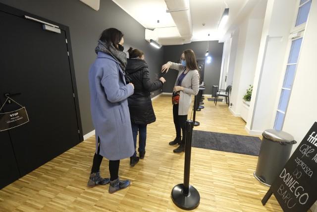 Pierwszy seans w studyjnym kinie Muza w Poznaniu po dłuższej przerwie odbył się 12 lutego. Widzowie w maseczkach na sali czekali na rozpoczęcie filmu.