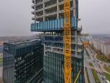 """Biurowiec .KTW II coraz wyższy. W listopadzie rozpocznie się budowa ostatniego piętra. Szklana elewacja jest już na trzeciej """"kostce"""""""
