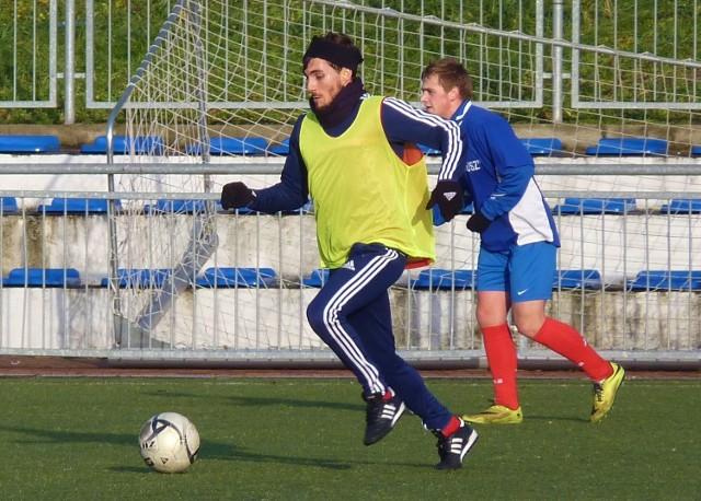 Po kilkumiesięcznej przerwie w zespole Leśnika ponownie pojawił się Radosław Feliński (przy piłce).