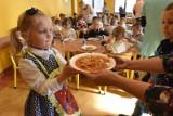 Powrót uczniów do szkoły - zmiany. Kurtki w klasach, a obiady - nawet na lekcjach