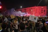 Tysiące ludzi przed domem Kaczyńskiego. Ataki bojówek na protestujących w Warszawie