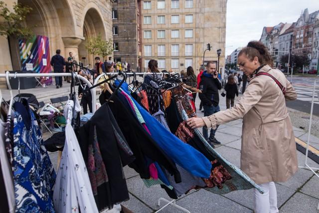Cały zysk zostanie przeznaczony na rzecz osób, kolektywów i organizacji działających na rzecz osób szukających azylu w Polsce i na Litwie.Zobacz zdjęcia -->