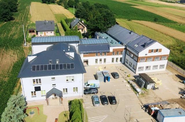 Szkołę w Zakrzowie rozbudowano o salę gimnastyczną i klasopracownie. Wartość prac przekroczyła 4,4 mln zł