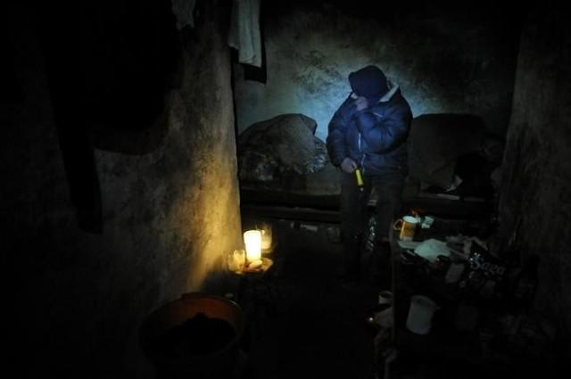 Bezdomny koczuje pod ziemią W takich warunkach bezdomny bydgoszczanin wytrzymał trzy lata. Teraz w kryjówce go nie ma, chociaż niektórzy twierdzą, że widać go czasem w okolicy.
