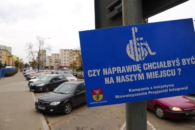 Straż miejska kontroluje miejsca parkingowe dla niepełnosprawnych