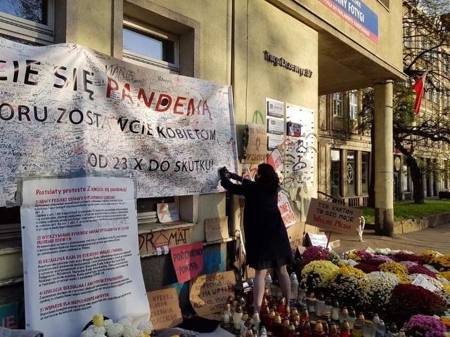 Prezydent Gdańska Aleksandra Dulkiewicz składająca podpis na transparencie protestujących