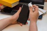 Bakterie na komórkach. Studenci wzięli pod lupę telefony pacjentów szpitali. Wyodrębnili na nich aż 42 szczepy drobnoustrojów