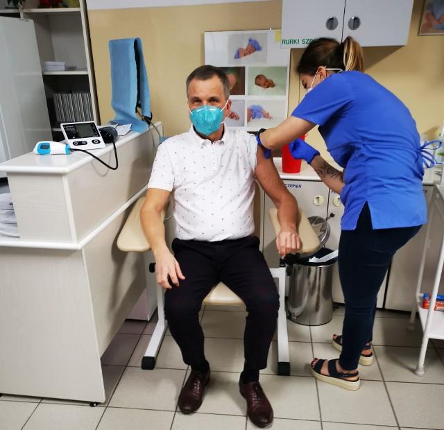 Leszek Lepiarz, dyrektor skarżyskiego szpitala, był jedną z pierwszych osób w powiecie skarżyskim, zaszczepionych przeciwko koronawirusowi.