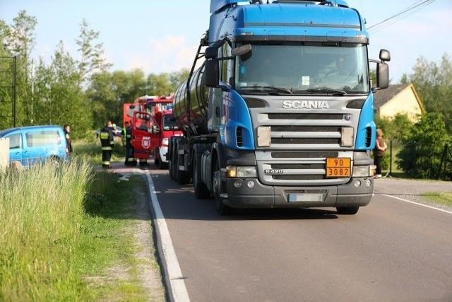 Na drodze widać  krótki ślad hamowania ciężarowego auta, kiedy kierowca zorienował się, że rowerzysta wpadł pod koło