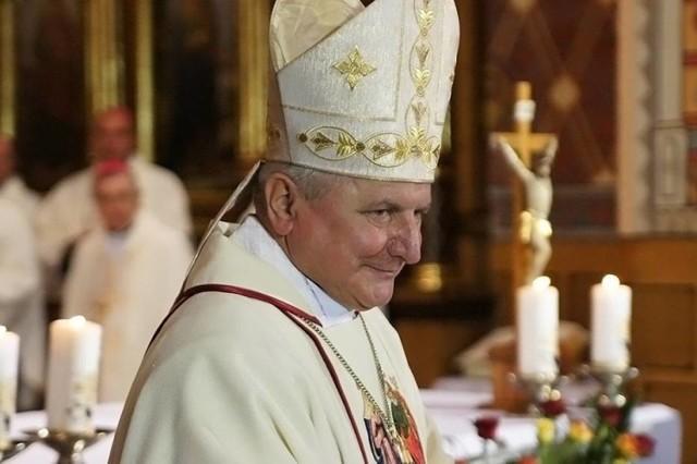 Postawą biskupa kaliskiego Edwarda Janiaka, który miał tuszować przypadki pedofilii, ma zająć się Watykan.