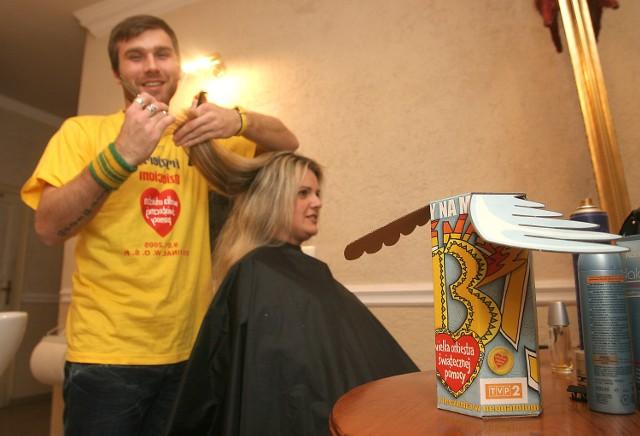 - Zapraszamy 9 stycznia na strzyżenie i układanie włosów - mówi fryzjer Robert Palma ze Szczecina. - Wtedy puszki Orkiestry szybko będą pełne, bo będziemy mogli obsłużyć wielu klientów. Wszyscy mamy wspólny cel.