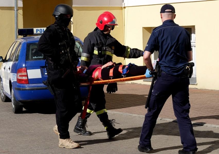 """Po godz. 10 do urzędu przyjechali policjanci, a chwilę po nich na nogi postawiono wszystkie służby – pogotowie i straż oraz antyterrorystów. Okazało się, że w urzędzie doszło do tragicznych zdarzeń – niezadowolony petent podciął gardło urzędniczce i groził wysadzeniem bomby. Antyterroryści opanowali sytuację, ale z urzędu wyprowadzili kilka osób z zakutymi rękoma, w tym starostę Jarosława Tadycha i burmistrza Waldemara Stupałkowskiego. A to dlatego, że antyterroryści nie mieli pewności, kto jest samorządowcem, a kto ma złe zamiary i kto był zakłądnikiem. Dopiero po """"weryfikacji"""" panów wypuszczono. Całej akcji przyglądali się mieszkańcy. Raczej ze zrozumieniem opuszczali okolice urzędu i załatwić sprawy przychodzili po godzinie 12."""