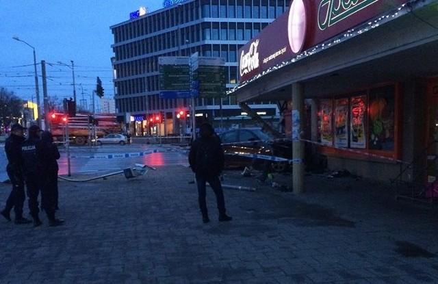 BMW musiało jechać z dużą prędkością i skosiło słup przed sklepem na Bramie Portowej.