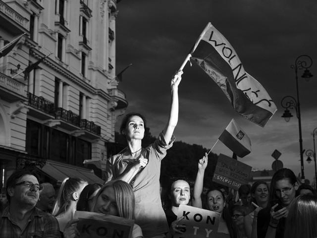 Warszawa. Uczestnicy protestów zorganizowanych przeciwko reformom polskiego sądownictwa. 24 lipca 2017. ZDJĘCIE ROKU 2018