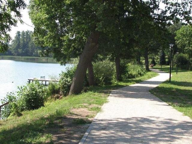 Ścieżka w Ośnie i plac w Lubieniu inwestycyjnym hitemNa razie na ścieżce spacerujących można spotkać gdy świeci słońce, ale latem bywa tu tłocznie.
