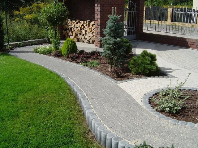 Kostka brukowaPrzy układaniu ogrodowych nawierzchni można mieszać ze sobą rozmaite kształty i faktury oraz kolory kostek brukowych.