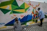 W Białymstoku powstaje nowy mural. Kolorowe malowidło ma dać odrobinę uśmiechu i wytchnienia po ciężkiej pracy (zdjęcia)