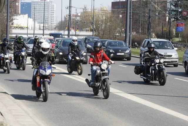 Na ulicach coraz więcej motocyklistów. To znak, że szykują się do rozpoczęcia sezonu, co nastąpi w kwietniu. Niestety, doszło już do pierwszych kraks z ich udziałem. Znakiem czasu jest także to, że motocykliści coraz częściej zabierają pasażerów, wśród których kobiety dominują. CZYTAJ WIĘCEJ NA KOLEJNYM SLAJDZIE>>>>