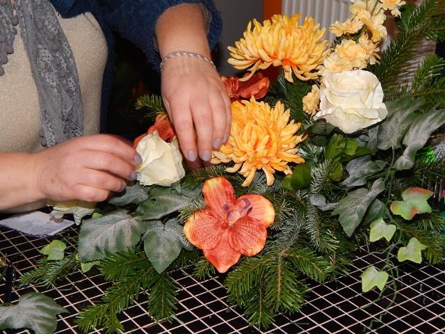 Stroik na Wszystkich Świętych zrobiony własnoręcznieJak wykonać własnoręcznie stroik, pokazywała nam Małgorzata Kubala-Pośpiech, właścicielka kwiaciarni Margaretka.