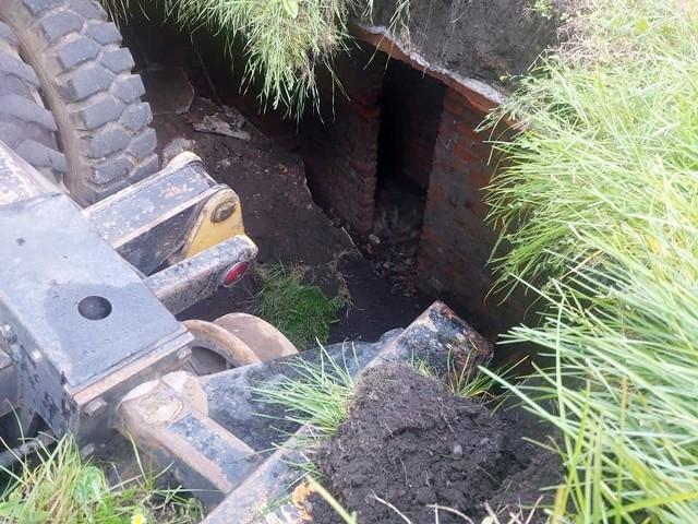 W Mysłowicach przed dworcem PKP zapadła się koparka. Pod ziemią znaleziono mury. Czym może być tajemnicze odkrycie?Zobacz kolejne zdjęcia. Przesuń w prawo - wciśnij strzałkę lub przycisk NASTĘPNE