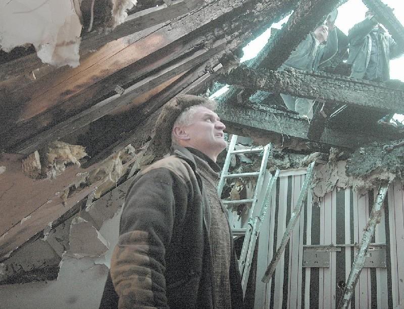- Doszczętnie spłonął dach, strop i poddasze. Reszta domu została zalana w czasie akcji - mówił nam wczoraj Janusz Margan. Pomagali mu mieszkańcy wsi. I tak jest od piątku!