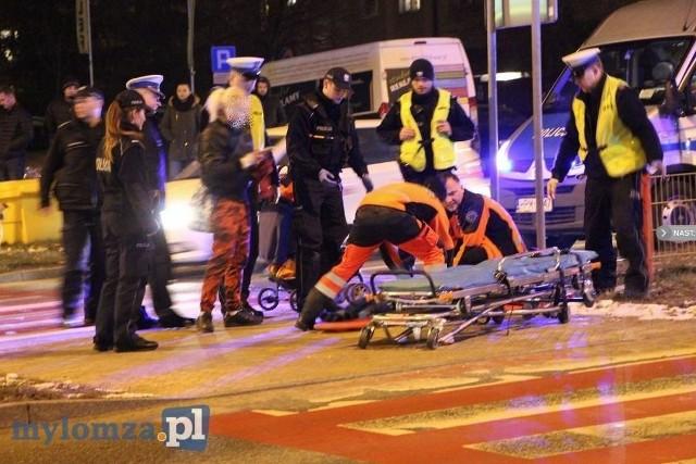 Do wypadku doszło w środę około godziny 17:40. Na ul. Zawadzkiej w Łomży opel potrącił 3-letnie dziecko. Było to na oznakowanym przejściu dla pieszych.Zdjęcia dzięki uprzejmości www.mylomza.pl