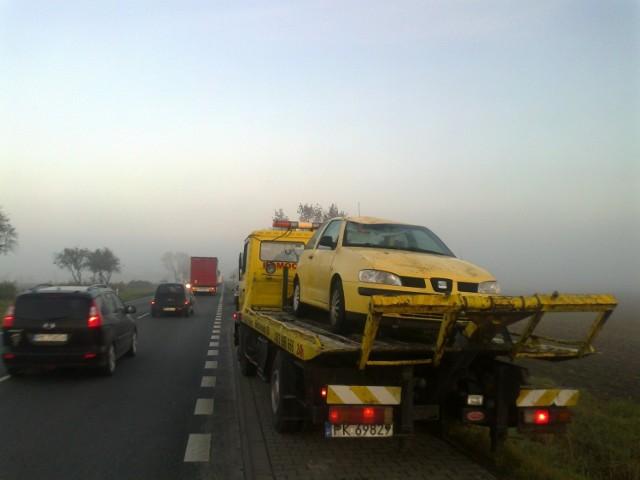 Wypadek w Kościelnej Wsi: Samochód dachował i wpadł do rowu
