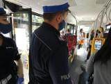 Opolskie. Pomimo luzowania obostrzeń policjanci w regionie nadal wystawiają mandaty za brak maseczek i niestosowanie dystansu społecznego