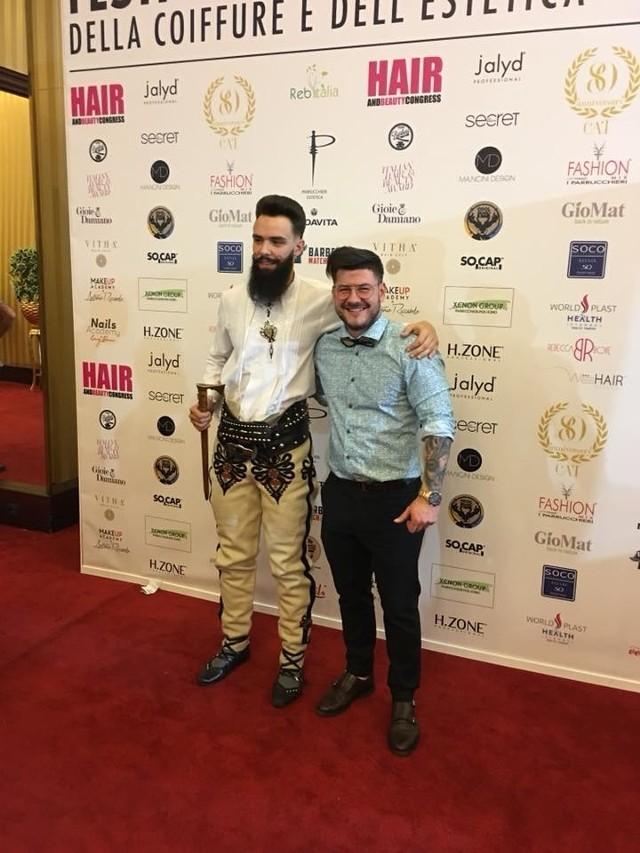 Nowy fryzjerski mistrz świata Łukasz Janik (z prawej) i jego model Filip Gortat w góralkim stroju