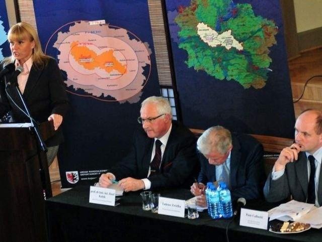 Minister Elżbieta Bieńkowska nie rozumie bydgoskich protestów i zabiegów o metropolię bydgoską. Na zdjęciu podczas konferencji w Bydgoszczy w marcu
