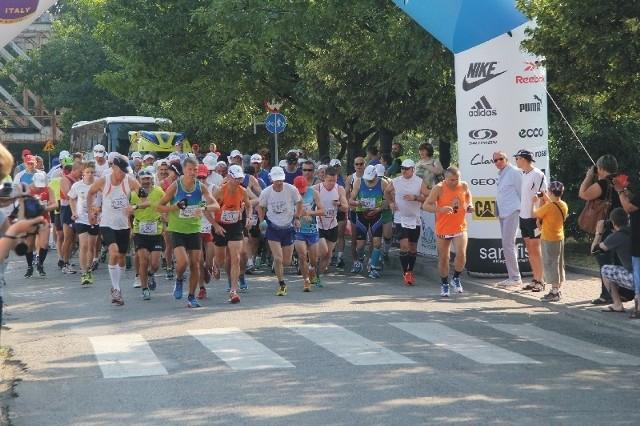 Zawodnicy mieli do pokonania 42 km i 195 m.