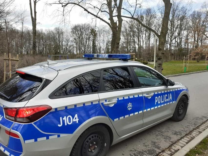Policjanci z Krapkowic zatrzymali dwie osoby, które złamały zakazy związane z rozprzestrzenianiem koronawirusa i posiadały narkotyki.